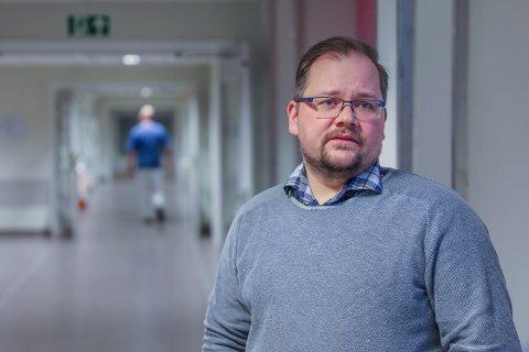 VARSLET KRISE: Hovedtillitsvalgt Daniel Brox sier sykepleiermangelen i Tromsø er en del av et stort nasjonalt underskudd. Han etterlyser bedre rekrutteringstiltak og faste avtaler om overtid.