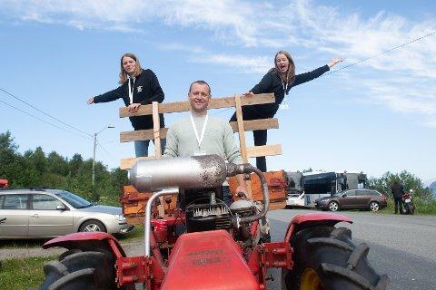 HEKTISK: - Det har vært en hektisk og koselig festival, forteller arrangører Rakel Solheim (14) og Aurora Skjælaaen (14), her sammen med traktorsjåfør Kristian Meyer.