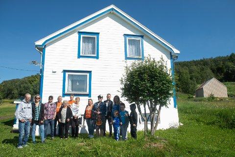 FIRE GENERASJONER: Familie i fire generasjoner sammen med Hekla Stålstrenga foran huset, som ble bygd av tipp-tipp foreldrene til de yngste på bildet.