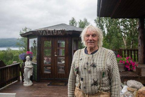 TRIST: Leif Rubach (75) gruer seg som en hund til han må forlate parken på Senja. Men det verste var da Senjatrollet brant ned, sier han til Nordlys.