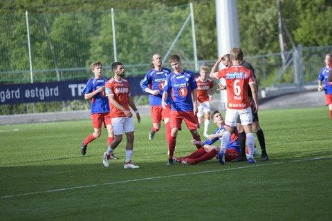 DRAMATISK: Kongsvingers Harald Holter (nummer 6) har akkurat dyttet ned Vegard Lysvoll (liggende) - og ble belønnet med rødt kort.