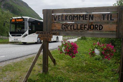 VELKOMST: Budskapet passer inn i forvandlingen i Gryllefjord, men skiltet har hengt noen år allerede.