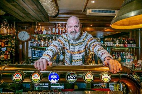UTVISE FOLK: Harry Granås, eier av Jernbanen, No. 24 og Funpub, forteller at det ikke er alle som overholder smittevernet. De har opplevd å måtte bortvise folk som ikke har etterkommet gjentatte beskjeder om å forholde seg til reglene.