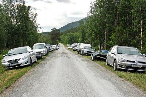 TETT I TETT: Her står bilene parkert, mange av dem har henger.