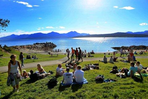 VARMT: Mandag blir årets varmeste dag i Troms. Enkelte steder kan vi få tropenatt, sier meteorologen. Telegrafbuktai Tromsø (bildet) er ikke blant stedene.