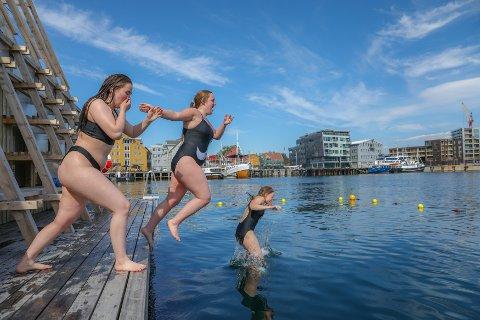 HOPPET I HAVET: Flere kastet seg i vannet mandag - på det som til nå er årets varmeste dag.