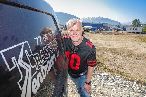 FORNØYD: Her er daglig leder Bård Ovesen på den nye tomta som er lokalisert på Skattørvegen 25.