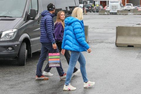 """KLÆR ETTER VÆR: Kronprins Haakon, prinsesse Ingrid og kronprinsesse Mette-Marit ankom Kongeskipet """"Norge"""" en halv time etter kongen og dronningen."""