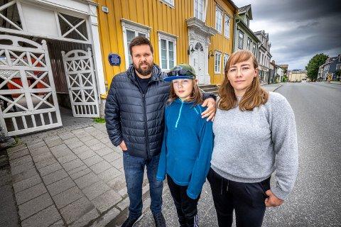 POSITIVT: For Marius Elsgaard, Lillian Enoksen og sønnen Mathias har livet i Skippergata blitt bedre etter at personbiltrafikken forsvant.