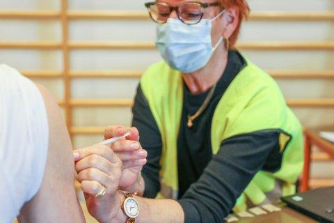 SPRENGT KAPASITET: Tromsø kommune mottar for tiden langt flere vaksinedoser enn det vaksinasjonssenteret i Mellomvegen klarer å sette.