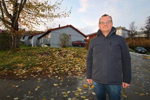 INHABIL: Her viser Stig Tore Johnsen, da som administrerende direktør for eiendomsutvikling i Peab, fram den nykjøpte tomta i Inga Sparboes veg. Nå er han inhabil i å vurdere kommunens deltakelse i prosjektet.