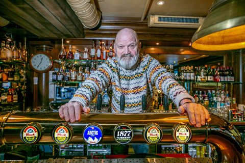 TØFFE TAK: Harry Granås og Tromsø Jernbanestasjon opplevde tøffe tak i 2020. Nå går det mot lysere tider for den snart 30 år gamle puben.