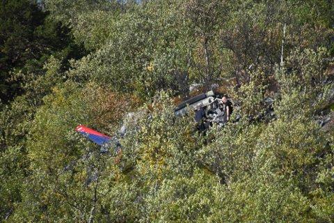 PÅ ÅSTEDET: Her er politiet på plass på åstedet dagen etter den tragiske helikopterulykken. Foto: Oddgeir Isaksen