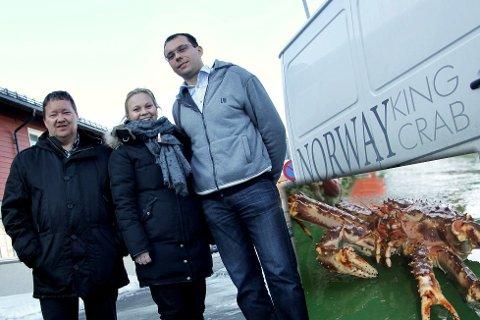 Svein Ruud (til venstre) i Norway King Crab i Bugøynes er storfornøyd med kvoteøkningen for 2015. Her sammen med Rebekka Ingilæ Andersen og Roman Vasilijev ved en tidligere anledning. Foto: Amund Trellevik og Joakim Chavez Seldal (innfelt)