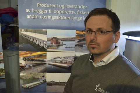 Omstilling: Salgsansvarlig Oddgeir Kristiansen i Helgeland Marinasystemer kan produsere flytekaier i betong som egner for påbygging av enklere installasjoner som hus, hytter, siloer og dieseltanker. Foto: John-Arne Storhaug
