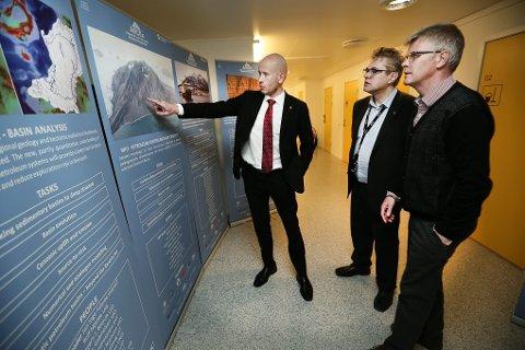 Olje- og energiminister Tord Lien får en innføring i forskningen ved Arctex av senterleder Alfred Hanssen (midten) og dekan Morten Hald.