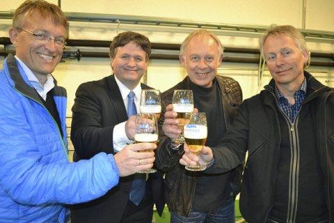 Vinnerøl: – Lofotpils har alle fortrinn som trenges for at ølet skal være en vinner, sier denne kvartetten. F.v. stortingsrepresentant Odd Henriksen, ordfører Eivind Holst, øl- og brusdirektør Petter Nome og gründer Thorvardur Gunnlaugsson. Foto: John-Arne Storhaug