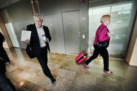 Hanne Karde og Oddbjørn Schei på vei ut av retten.