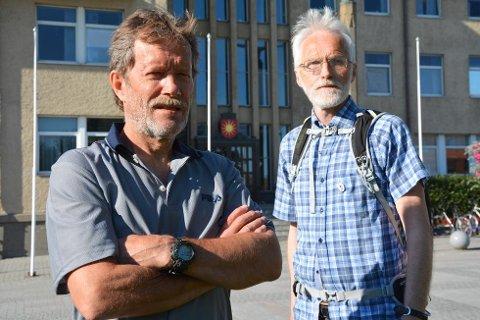 - Det finnes overhodet ikke noe politisk vedtak fra bystyret om å starte opp noe slik, sier Svein Olsen (t.v.) og Brigt Kristensen i Rødt. (Foto: Lars Robertsen)