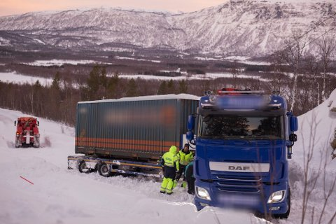 En trailer har gått i grøfta nær skytefeltet på Setermoen.