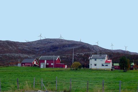Kvitfjell/Raudfjell-prosjektet kommer til å ruve godt i terrenget. Her visualisering fra Bogelva på Kvaløya.