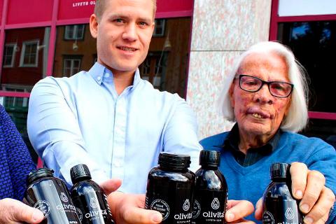Daglig leder Børge Robertsen og gründer Bjarne Østerud med kosttilskuddet Olivita.