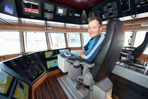 BEGGE HENDER PÅ RORET: Mikal Solhaug i linefartøyet M.Solhaug. Nå skal den unike båten selges.