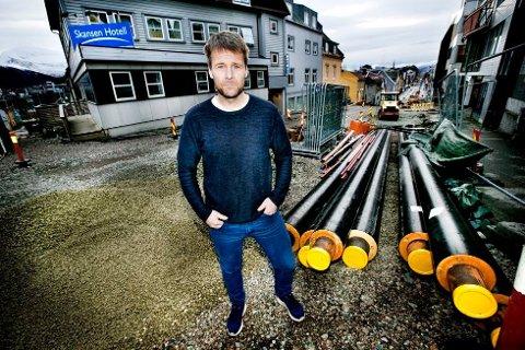 BOR PÅ BYGGEPLASS: Daglig leder i Skansen Hotell Rune Danielsen. Bilde er fra i fjor sommer. Nå er gata gravd opp igjen.