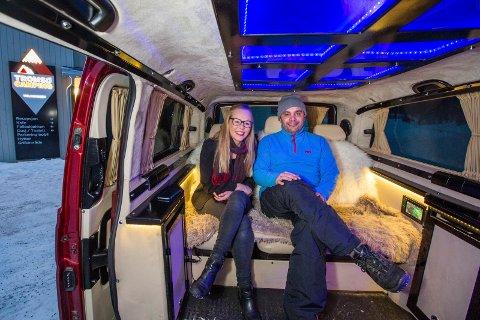 ARABISKE NETTER: Tromsdalen camping merker vekst i turister fra Saudi Arabia og Emiratene. Her turistguide Ahmed Al-Hosani og campingleder Ida Jakobsen, i Ahmeds luksuriøse guidebil.