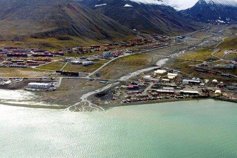 Svalbard er et av verdens største områder med uberørt natur, samtidig går vaskevannet, kloakken og avløpsvannet fra de vel 2100 innbyggerne i Longyearbyen urenset rett ut i havet.