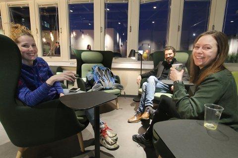 MINGLING PÅ TVERS: I fellesarealene til Flow coworking i Strandgata nyter Michelle Buer (til høyre), Stine Falk-Petersen og Ole-Gunnar Solheim en kaffe og en prat. - Jeg elsker hipsterviben her, sier Buer.