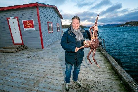 HARD KLYPE: Denne voksne kongekrabba fikk tak i daglig leder Svein Ruuds hånd da dette bildet ble tatt. Ellers kom ingen til skade.