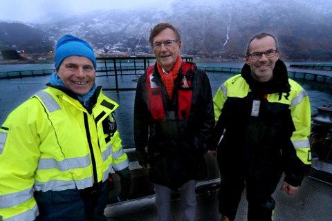 POLITIKERMØTE: Terje Harder Hansen og Bengt Frode Hansen i Sjurelv Fiskeoppdrett fikk besøk av varaordfører Jarle Aarbakke etter det overraskende oppdrettsvedtaket om lukkede merder.