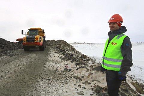 FJELLVEI: Prosjektleder Stephan Klepsland ved ny vei på Raudfjell og Kvitfjell. Etterpå skal skjæringene i terrenget jevnes ut slik at avtrykket blir minst mulig.