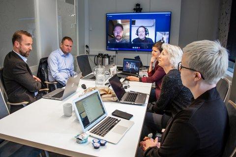 RÅDGIR: Samfunnsrådet gikk i sitt første møte gjennom hva som går igjen i de 7000 innspillene fra folk i landsdelen, og diskuterte hva som skal til for å få flere dristige idéer og tiltrekke seg flere talenter til Nord-Norge. Fra venstre: Petter Høiseth (konserndirektør SpareBank 1 Nord-Norge), Roger Finjord (daglig leder Finnmark Fotballkrets), Kim Daniel Arthur (gründer/daglig leder Ekte), Moa Björnson (utviklingssjef Træna kommune), Ragnhild Dalheim Eriksen (prosjektleder Samfunnsløftet), Iselin Marstrander (daglig leder Nordlandsforskning) og Maria Utsi (festspilldirektør Harstad).