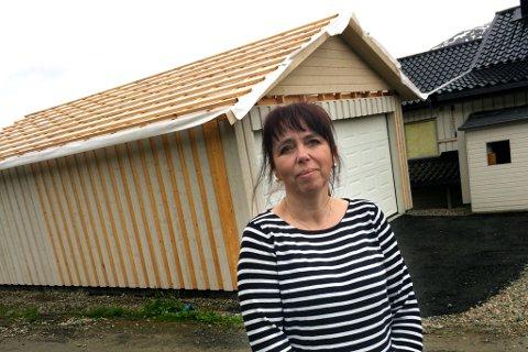 TRØBBEL MED GARASJEBYGGING: Hilde Bakkemo i Salangen er en av de som føler seg lurt etter garasjekjøp.