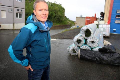HER ER DET: Etter mye leting dukket kunstgresset til Fløya opp hos bydrift. Prosjektleder Henrik Romsaas i Tromsø kommune har tanker om hva som bør skje videre med plastgresset.