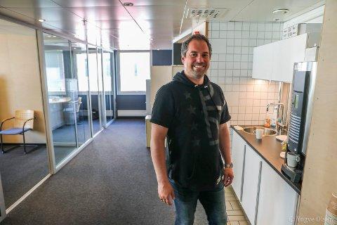 SOLO-SUKSESS: Snorre Stinessen i lokalene til sin enmannsbedrift i Tromsø.