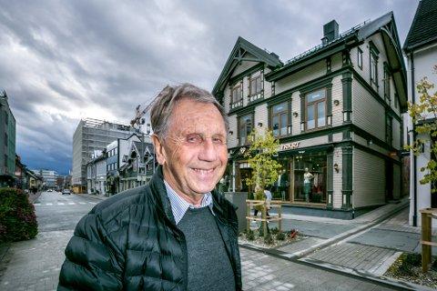 ET LIV I SPENNING: Odd Erik Hansen (82) foran det som en gang var elektrobutikken J M Hansen, men som nå huser en moteforretning.