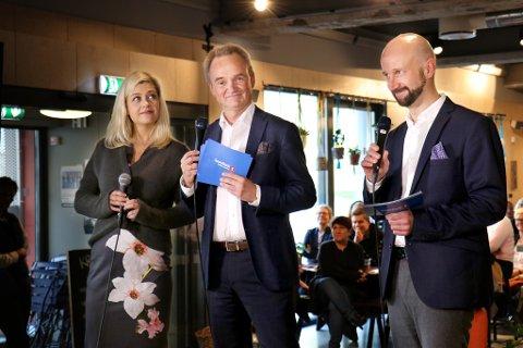 PENGEFEST: Sif Vik (t.v) og Tvibit fikk fire millioner kroner på direkten av Jan-Frode Janson og Sparebank1 Nord-Norge. til høyhre: Geir Bakkevoll