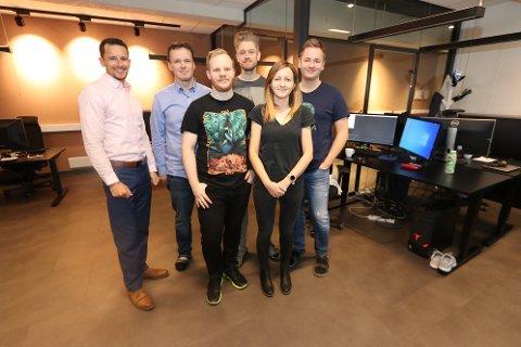 JUBELGJENGEN: De jubler for hundre millioner brukere på egen utviklet programvare. Fra venstre: Ryan Barber, Svein-Tore Griff With, Thomas Marstrander, Pål Jørgensen, Jelena Milinovic og Frode Petterson.