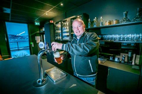 LOUNGE: Sjefen selv, Rune Madsen, bak kranen i baren i Madsen lounge.