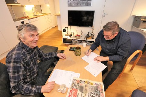 AVTALE: Stig Kjærvik signerer avtalen mellom Lyngen kommune og en lettet Rolf Tøllefsen.