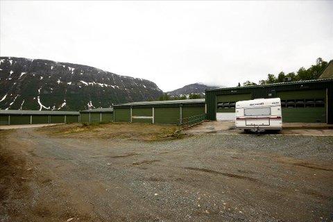 ROM TIL SALGS: Det er mye rom til lagring på eiendommen i Ramfjorden som er til salgs.