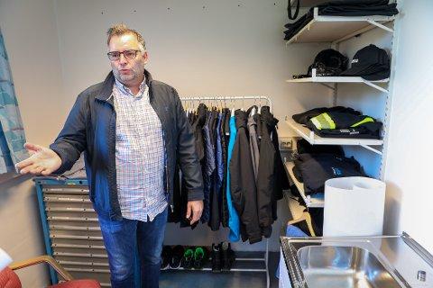 DYRE JAKKER: Terje Johansen er avdelingsleder for Dreis, den kommunale enheten som skal gi et tilbud til tjenestemottakere i Tromsø kommune. Han kjøpte blant annet dyre Arcteryx-jakker til 6000 kroner som henger til utstilling. – Det var et dumt kjøp og burde aldri ha skjedd. Jeg angrer, og burde heller ha kjøpt noe billigere.