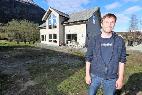 SATSET PÅ BYGDA: Håvard Larsen og samboeren valgte å selge etter å ha vært med på prisveksten i Tromsø, og har bygget en ny enebolig i Lyngen.