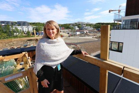 NYBYGGØKNING: Ruth Norstrøm leder nybyggsavdelingen i DNB Eiendom i nord. Her er hun på Norrøna Boligpark der flest boliger over seks millioner kroner selges for tiden.