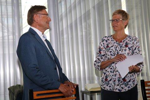 OVERREKKER TALLENE: Her får varaordfører Jarle Aarbakke (Ap) tallene i økonomiplanen fra administrasjonssjef Britt Elin Steinveg.