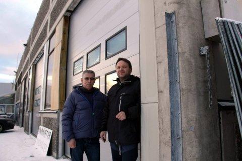 MASKINVASK: Langnes Bilvask åpnet like ved Jekta for fem år siden. Det har vist seg å være god vaskebutikk. Her er eierne Ståle Fladseth (til venstre) og Leif Håkon Hansen foran lokalene.