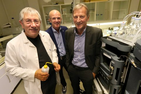 RASK PÅ LABBEN: Bjørn Skogen (gründer i Prophylix AS og professor ved UiT), Hans Olav Karde (ny styreleder i Norinnova Invest AS) og Karl-Johan Jakola (styreleder i Prophylix AS).